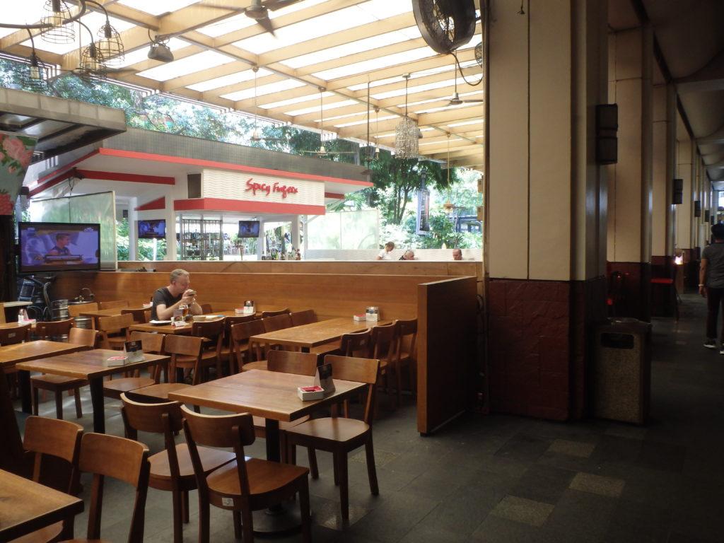 グリーンベルト庭園前のオープンカフェ