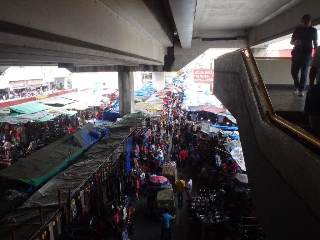 バクララン駅からバクララン市場を見る風景