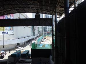アヤラ駅の下車階段。目の前にSMショッピングモールがあります。