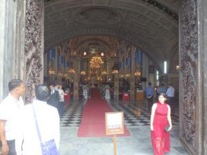 結婚式が進行しているサン・アグスティン教会内部の様子