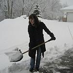ショベルで雪をかく女性