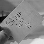 Shut upと書かれた紙切れ