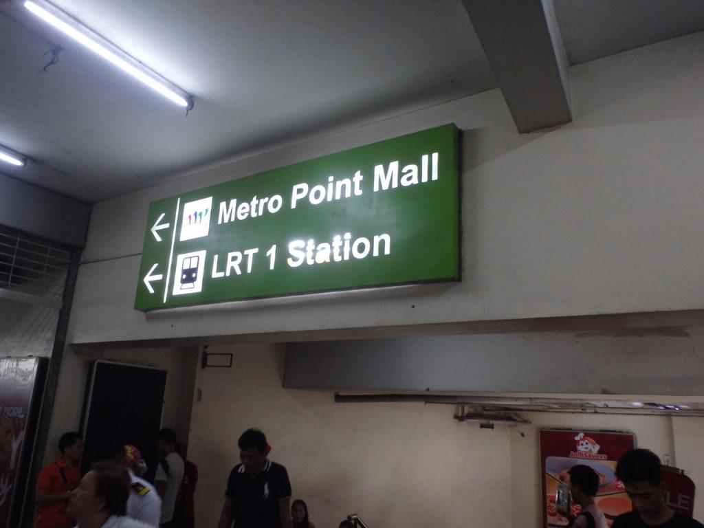 LRT1線乗り場を案内する照明ボード