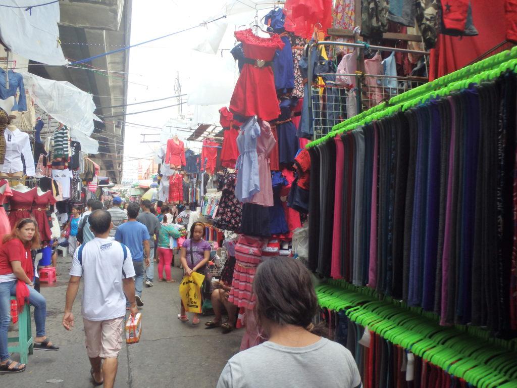 バクララン市場の衣料品店