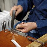 ヤスリで金属を削る職人