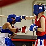 相手の顔面にストレートを放つ女性ボクサー