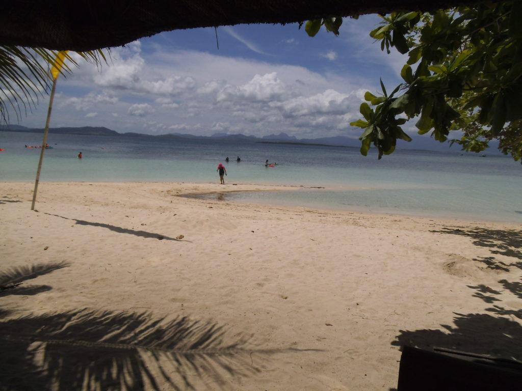 パンダン島のバンガローから見る海辺