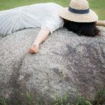 岩の上で爆睡する女性