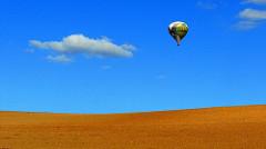 空を飛ぶ気球