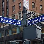 42nd streetとMadison Avenueの交差点にある標識