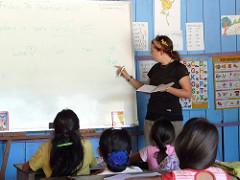 子供に黒板の内容を説明する先生