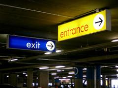 Entranceと Exitの案内ボード