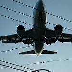 地上近くを飛行する航空旅客機