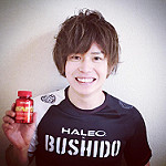 サプリを手に持つ日本人男性