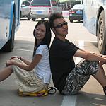 バス旅行をするカップル