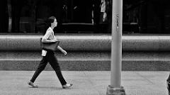 大股に歩く女性