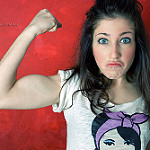 腕の筋肉を盛り上げる女性