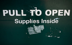 Pull to open, Supplies Insideと書かれた引き出し
