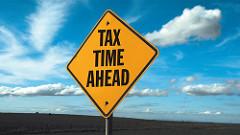 Tax Time Aheadと書かれている道路標識