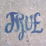 Trueと書かれた壁文字