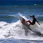 波に乗る男性