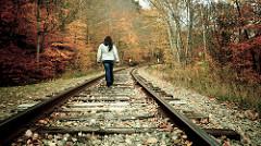 線路を歩く女性
