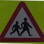 子供通行注意の三角形の道路標識