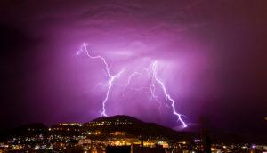 山の上に落ちる雷