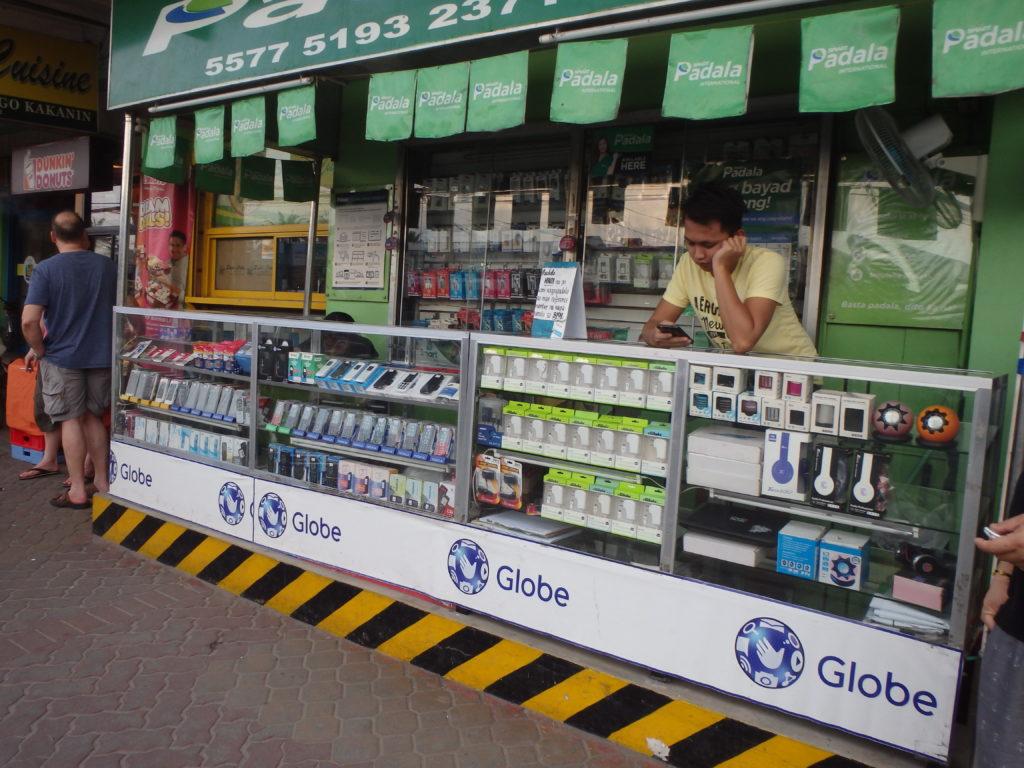 大型スーパーの店先にある携帯電話ショップ