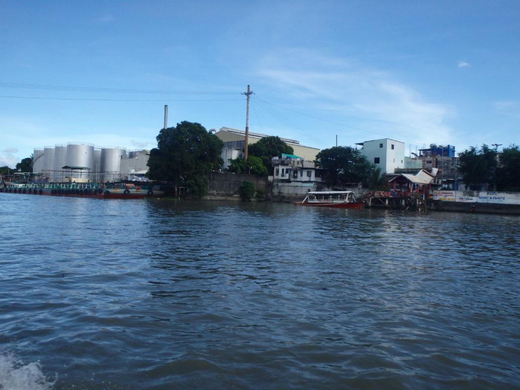 川辺の工業地帯