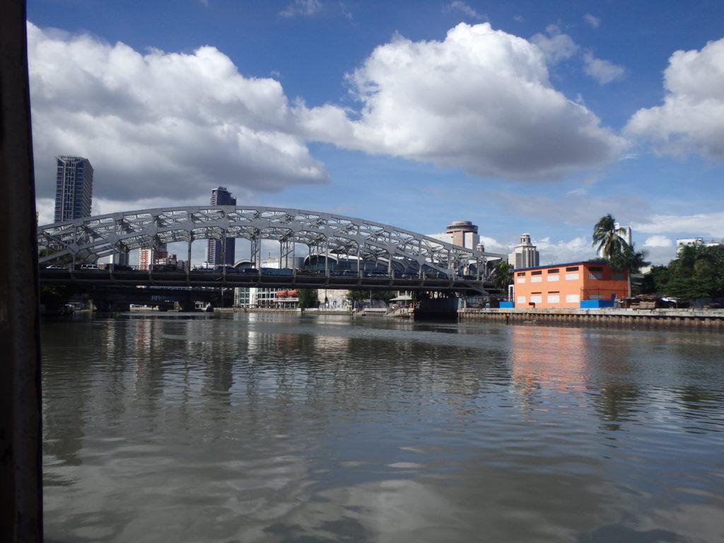 エスコルタ駅へと続く近代的な大橋