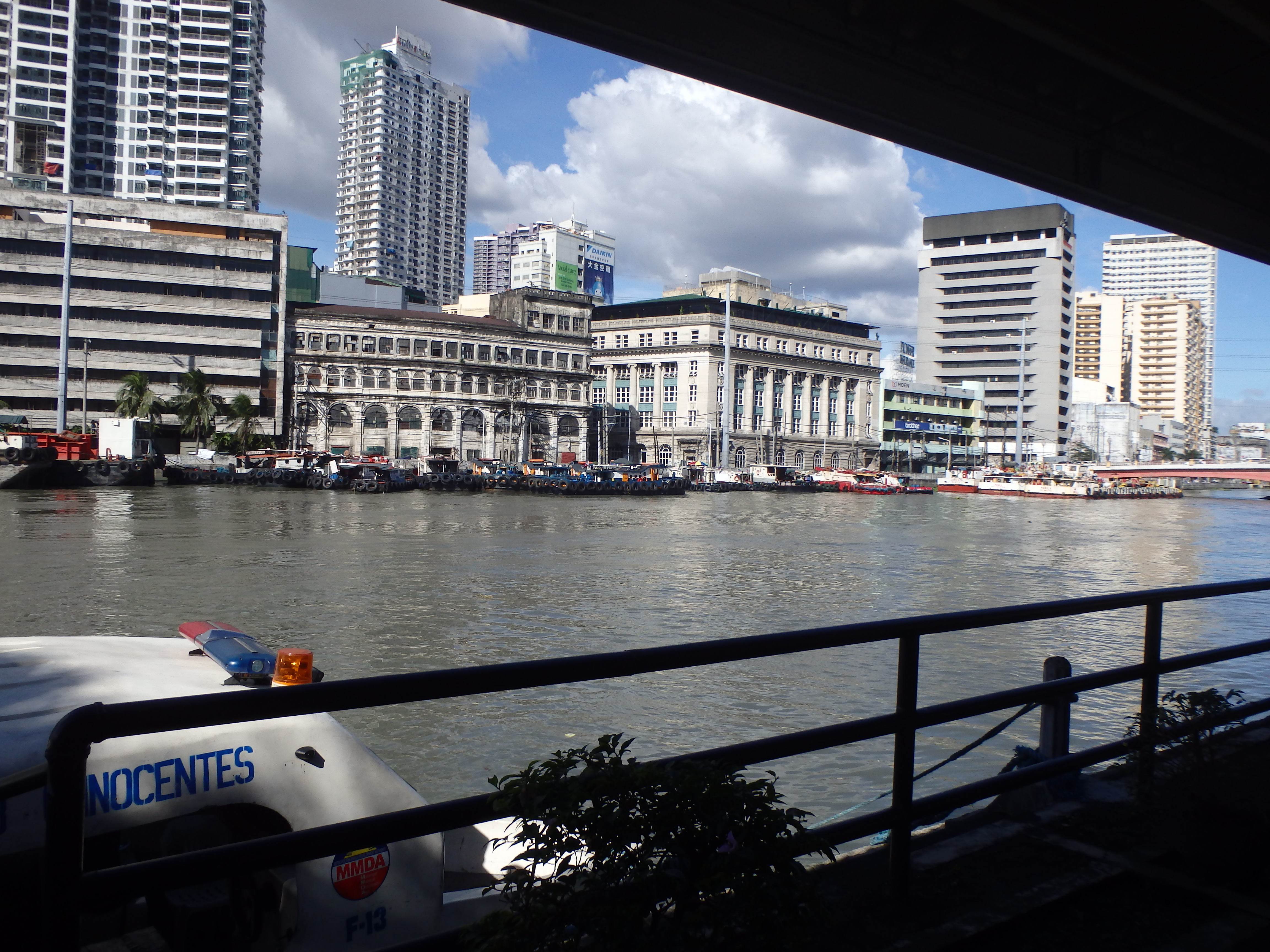 マニラ市内を船で旅