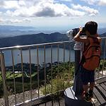 望遠鏡で風景を眺める子供