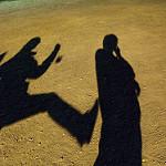 他人に暴力を振るおうとしている人間の影