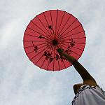 傘を上にあげている写真