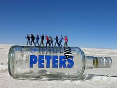ウォッカのボトルの上に立っている人間たち(トリック写真)