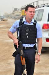 防弾チョッキを着る警官