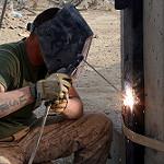 バーナーを使って工事に携わるベテラン職人