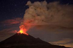噴火する活火山