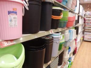 洗濯バケツが並べられています。