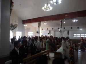 牧師の説教を拝聴する参加者たち