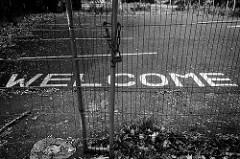 地上に大きく書かれたWelcomeという文字