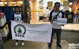 マニラ空港の待ち合わせ場所で到着学生を待ち構えるBESA(バギオ語学学校協会)職員