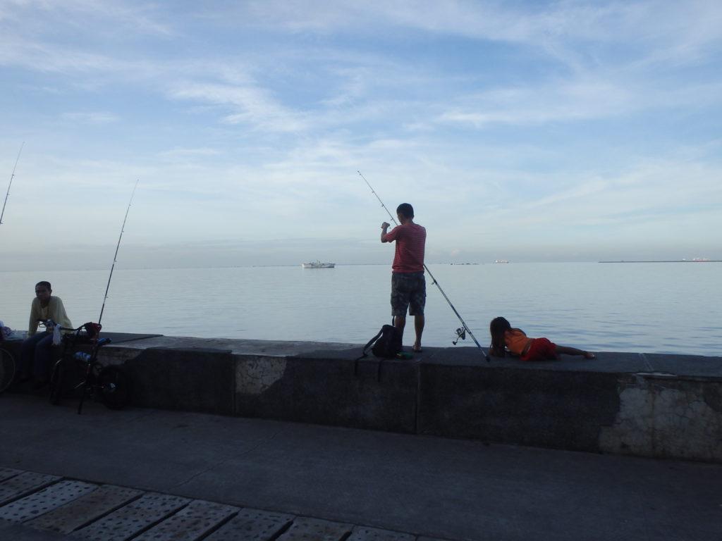 海釣りをする人たち