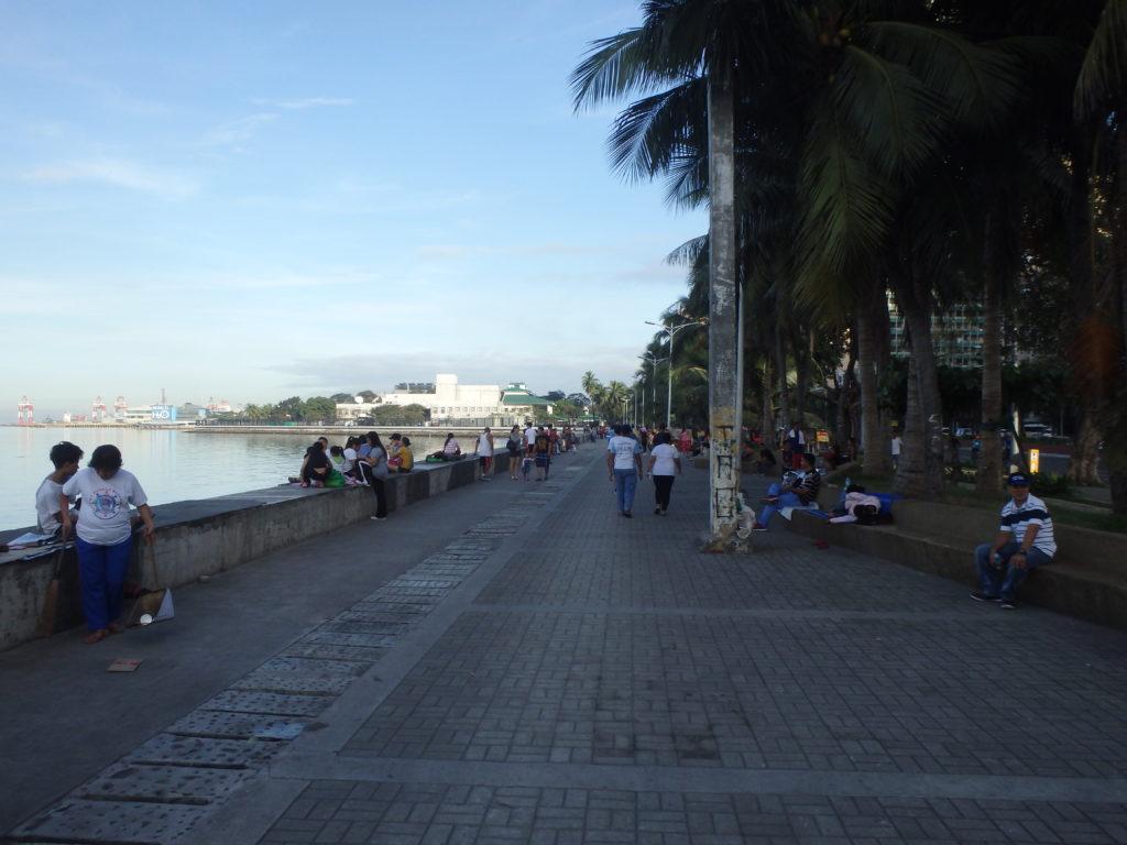 マニラ湾の歩道を散歩する人たち