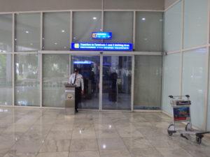 ターミナル2の無料シャトル乗り場入口自動ドア