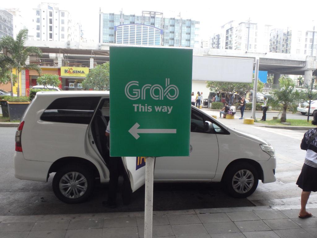 Grabタクシー乗り場の場所を示す案内標識