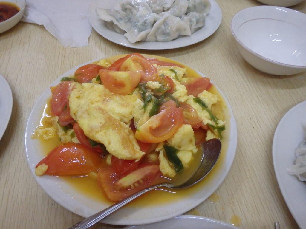 東北餃子の水餃子と玉子トマト炒め