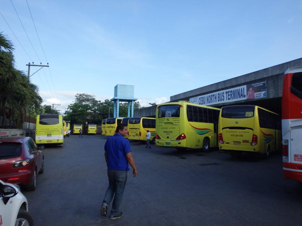 黄色のバスが並ぶノースバスターミナルの構内