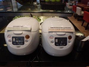 ふたつの炊飯器。ひとつは白米、もうひとつは五穀米です。